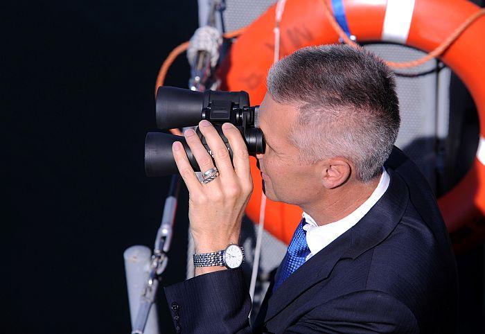 """Aizsardzības ministrs Artis Pabriks piedalās pasākumā uz Latvijas Jūras spēku kuģa """"Rūsiņš"""" Somu līcī, kur pie nogrimušā Latvijas Kara flotes flagmaņa """"Virsaitis"""" vraka tiks novietota piemiņas plāksne, tādējādi izrādot godu kuģim un tā komandai par ieguldījumu Latvijas Kara flotes izveidē."""