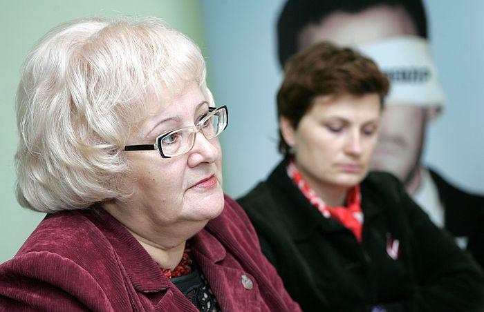 """Saeimas Sociālo un darba lietu komisijas priekšsēdētāja Aija Barča (no kreisās) un labklājības ministre Ilze Viņķele piedalās ziņu aģentūras LETA biznesa portāla """"Nozare.lv"""" rīkotajā diskusijā par sociālā budžeta nākotni."""