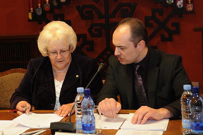 """Saeimas Sociālo un darba lietu komisijas priekšsēdētāja Aija Barča un Saeimas Budžeta un finanšu (nodokļu) komisijas Demogrāfijas apakškomisijas priekšsēdētājs Imants Parādnieks piedalās konferencē """"Par ģimenes vērtību aizsardzību un atbalstu""""."""