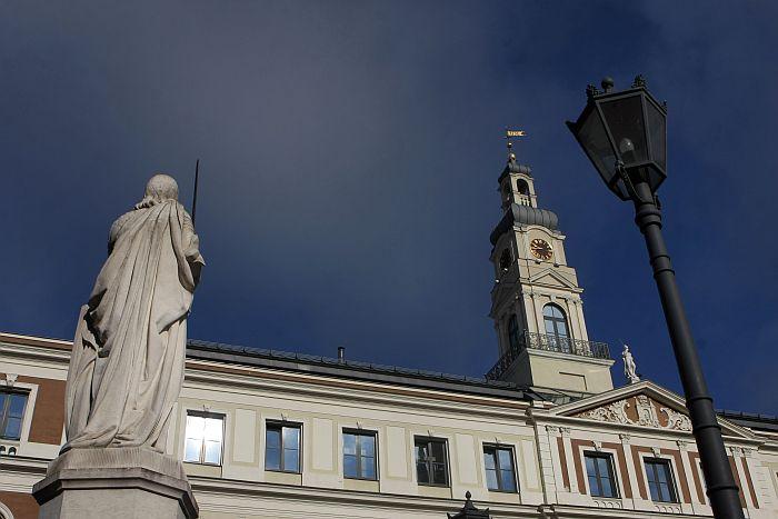 Rolanda statuja un Rīgas domes ēka.