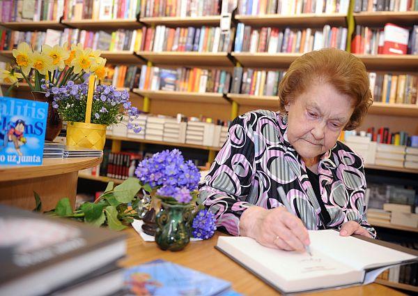 """Aktrise Vera Singajevska sniedz autogrāfu tikšanās laikā """"Jāņa Rozes"""" grāmatnīcā."""