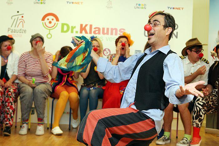 Pieredzējušais medicīnas klauns (priekšplānā) sveic Latvijā pirmos profesionālos dakterus-klaunius izlaidumā Bērnu klīniskās universitātes slimnīcā.