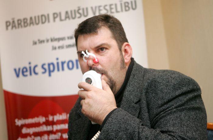 Pasākuma moderators Juris Šteinbergs piedalās preses konferencē, kas veltīta pasaulē un Latvijā pirmajai Pasaules Spirometrijas dienai.