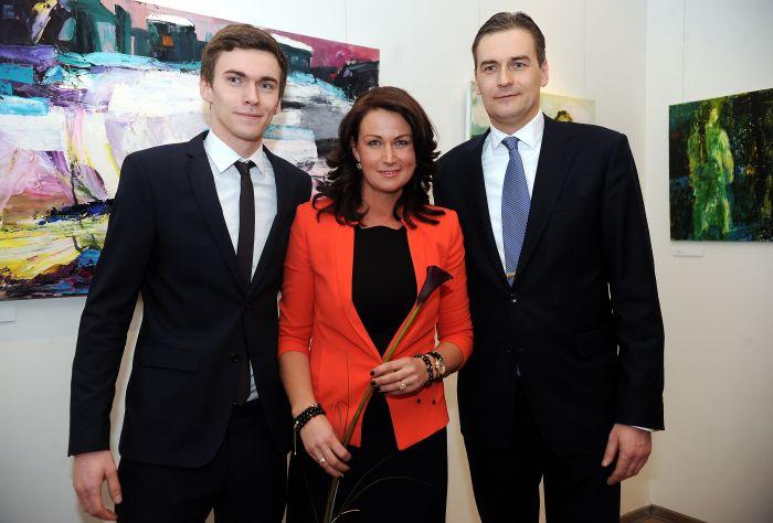 """Māksliniece Ieva Bondare ar kungu """"Ekonomistu apvienības 2010"""" biedru Mārtiņu Bondaru un dēlu Danielu savas personālizstādes """"Gads&Laiki"""" atklāšanā."""