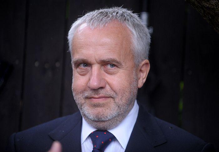 Ekspolitiķis Andris Šķēle piedalās Žaņa Lipkes memoriāla atklāšanas ceremonijā.