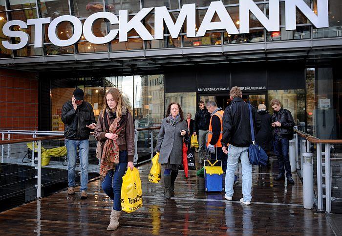 """Cilvēki ar universālveikala """"Stockmann"""" akcijas """"Trakās dienas"""" iepirkuma maisiņiem."""