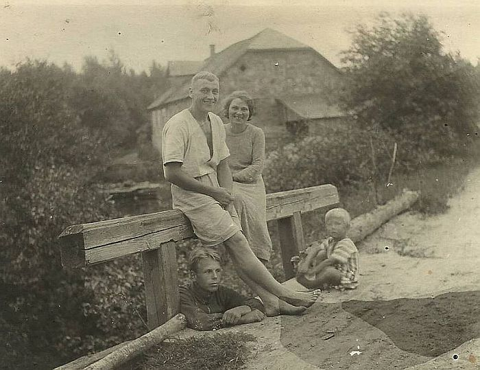 Jānis Mednis ar sievu Olgu un vecākajiem bērniem. Jānis dzirnavas modernizēja, 1937. gadā no Kukaiņa firmas Rīgā nopirka ūdens turbīnu. Kad 3000 latu bija izmaksājis, viņu un ģimeni izsūtīja uz Sibīriju.
