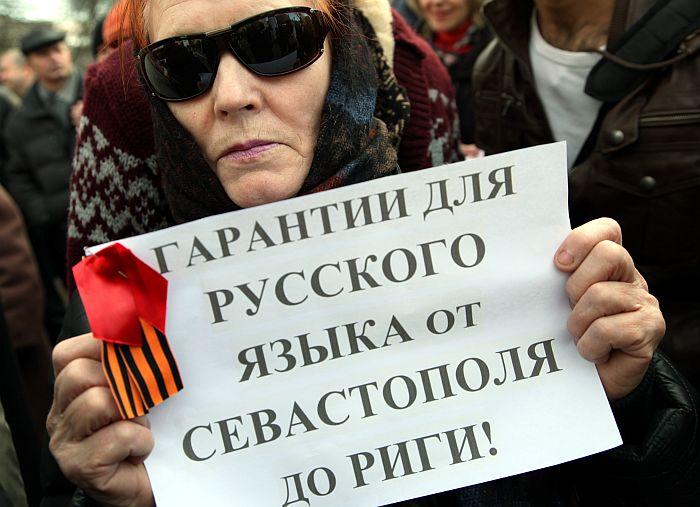 """Pie Vācijas vēstniecības notiek partijas """"Par cilvēka tiesībām vienotā Latvijā"""" rīkotais pikets """"Krimas atbalstam, lai solidarizētos ar Krimas tautu"""" un pie reizes pieprasītu """"garantijas krievu valodai no Sevastopoles līdz Rīgai""""."""