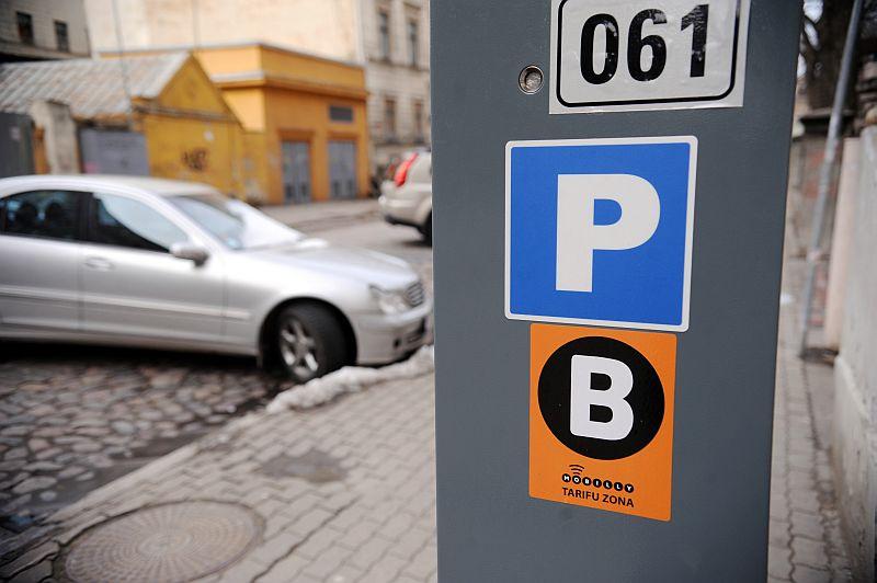 Autostāvvietu maksas automāts.