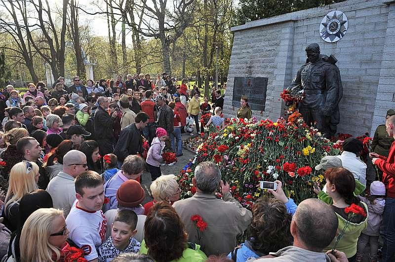 """Katru gadu Tallinā daļa Igaunijas krievu 9. maijā pulcējas Tallinas kara kapsētā pie bēdīgi slavenā """"Bronzas Aļošas"""", lai pieminētu karā kritušos, kā, piemēram, 2012. gadā. 2007. gada """"Bronzas nakts"""" nemieru rīkotāji – organizācijas """"Nakts sardze"""" prokremliskie aktīvisti joprojām piemin nemierus un uz tā rēķina pelna uzmanības dividendes Igaunijas krievvalodīgajā sabiedrībā. Tomēr viņu rīkotās akcijas par atbalstu Krievijai ir vāji apmeklētas, kaut arī aktīvisti ietilpst jaunizveidotajā Krievu aliansē, kurai ir prokrieviski mērķi un skatījums uz notikumiem Ukrainā. Ne visi Igaunijas cittautieši piekrīt alianses nostājai, reaģējot uz to, internetā izveidoja petīciju, kurā iestājas par neatkarīgu un brīvu Igauniju."""