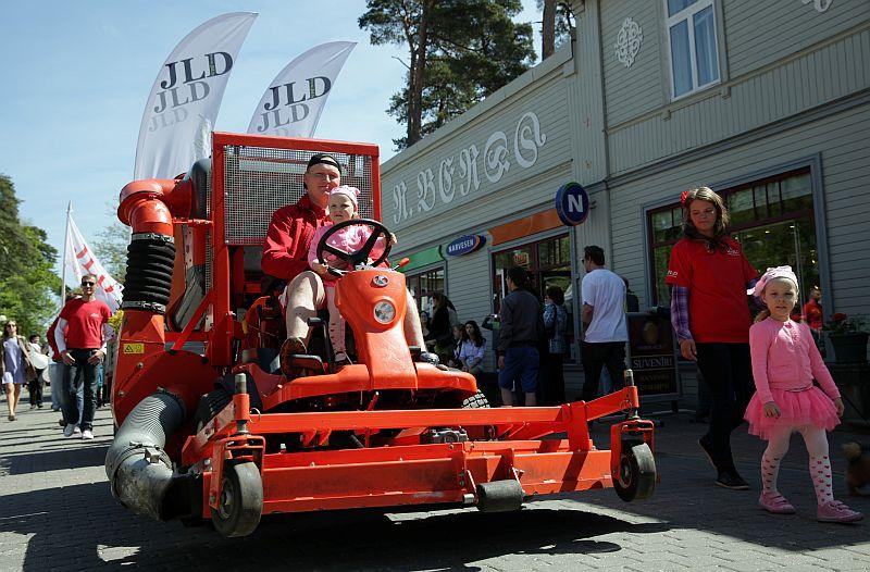 Svētku gājiens pa Jomas ielu Jūrmalas pilsētas kūrorta sezonas atklāšanā.