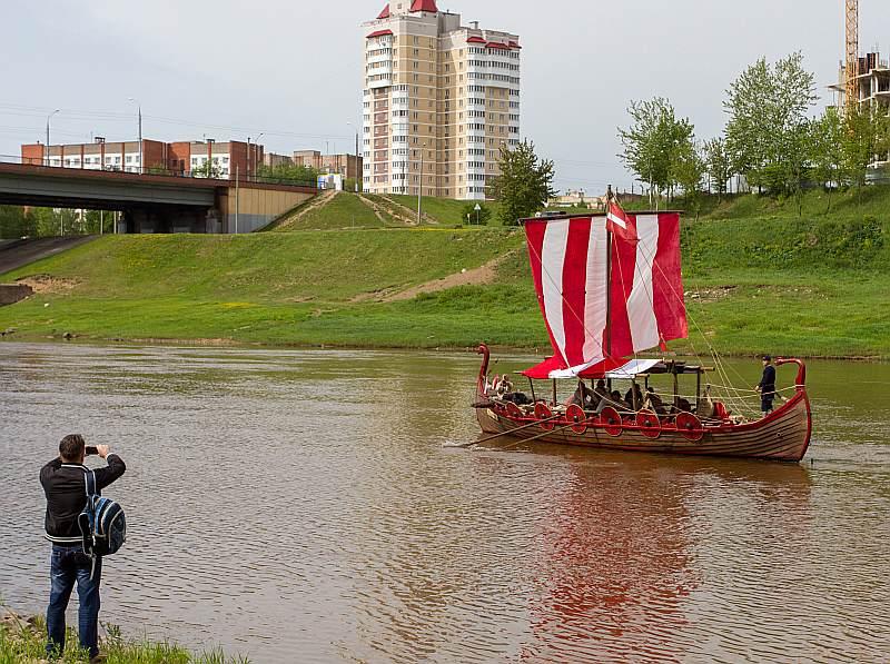 """Vikingu kuģis """"Nameisis"""", tikko ielaists ūdenī, no Vitebskas dodas uz jūru."""