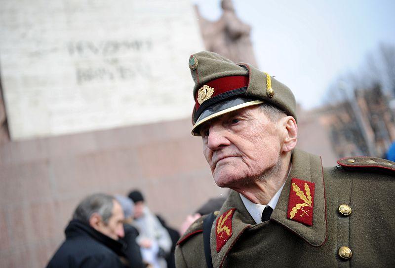 Ilustratīvs attēls. Armijas veterāns vienā no ziedu nolikšanas pasākumiem pie Brīvības pieminekļa, godinot latviešu leģionāru piemiņu.