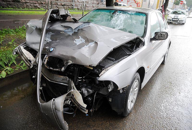 """Ceļu satiksmes negadījumā cietusī """"BMW"""" markas automašīna pie Gaisa tilta."""