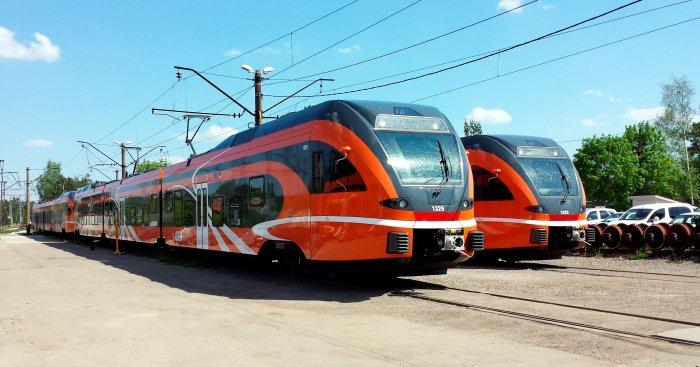 """Šveices kompānijas """"Stadler Bussnang"""" Polijā ražotie un Igaunijas pasažieru pārvadātājam """"Elron"""" 2013. un 2014.gadā piegādātie """"FLIRT"""" vilcieni Tallinas pasažieru vilcienu depo."""
