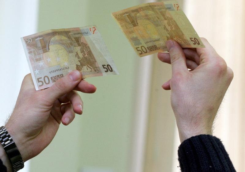 Īstā un viltotā 50 eiro banknotes