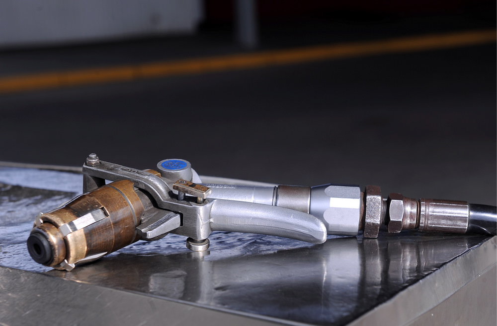 """Gāzes uzpildes pistole """"Latvijas Propāna gāzes"""" degvielas uzpildes stacijā."""