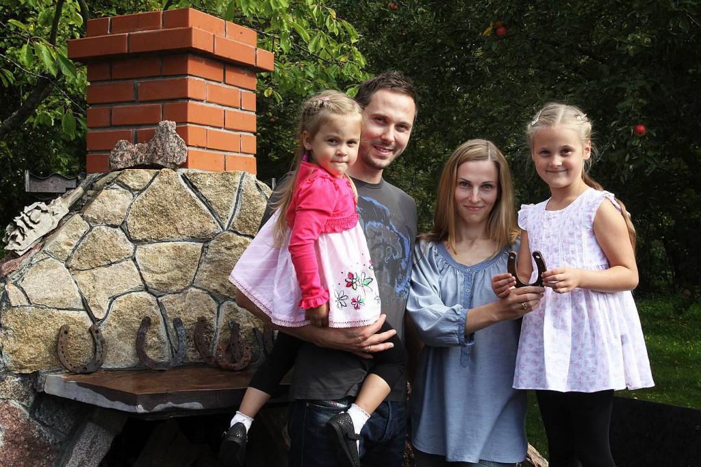 Verners un Sandra ar meitām Luīzi un Alisi.