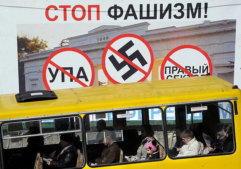 """Ukrainai piederošajā Krimas pussalā, kuru anektēja Krievija, jau martā parādījās plakāti, aicinot """"apturēt fašismu"""", proti, Ukrainas valdību. Krievijas valsts kontrolētajos medijos konflikts Ukrainā joprojām tiek dēvēts par cīņu pret """"fašismu""""."""