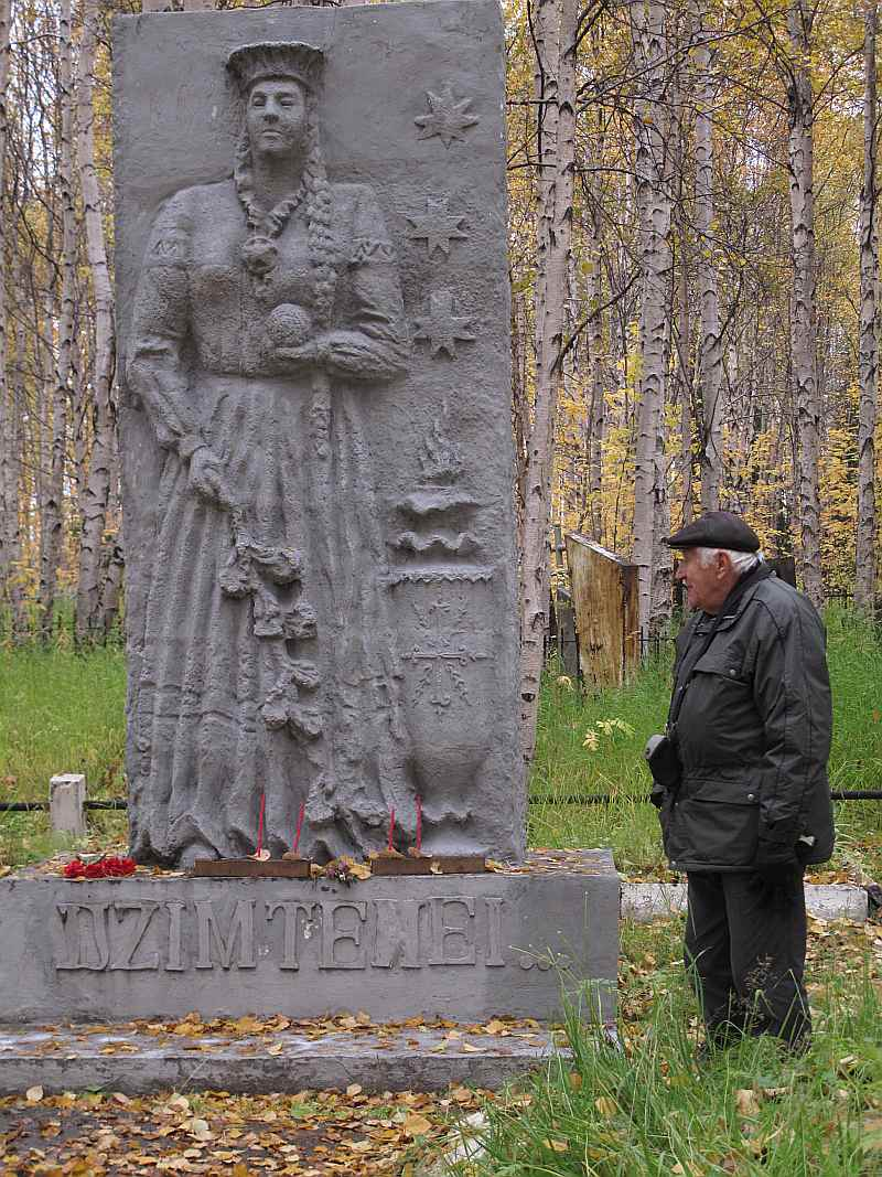 """Sibīrijas ceļotāji Intā godināja gulaga nometnēs ieslodzīto latviešu piemiņu. Attēlā – Vilnis Kreilis pie pieminekļa ar nosaukumu """"Dzimtenei"""", kas veidots pēc represētā Edvarta Sidraba ieceres. Ap divarpus metru augstajā mākslīgā akmens veidojumā attēlota Māte Dzimtene, kurai rokās ozola zars, kas simbolizē izturību, un dzijas kamols – mūžīgās piemiņas un līdzjūtības zīme."""
