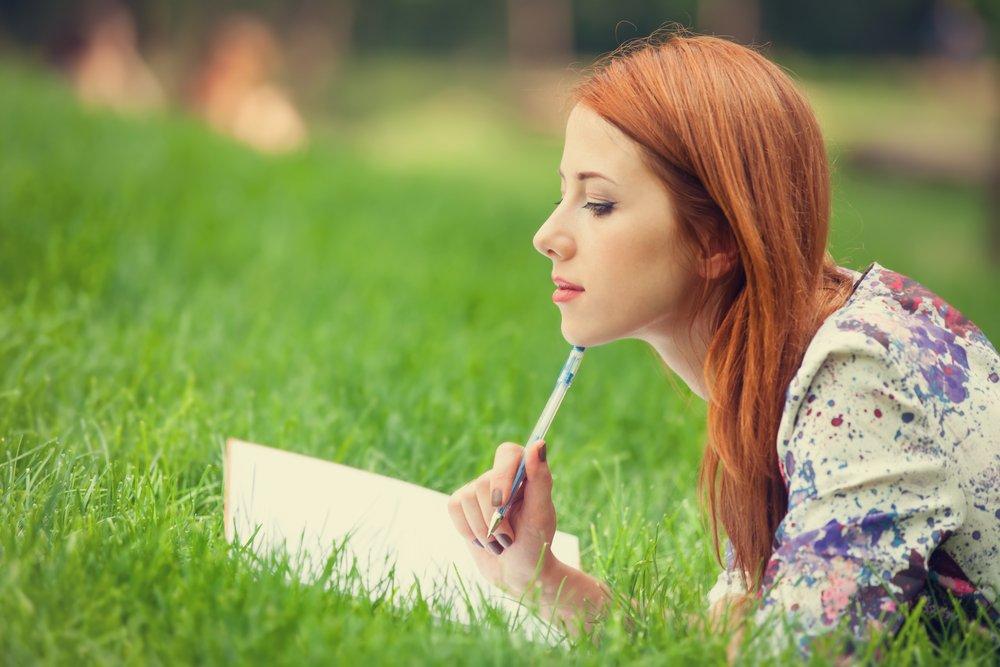 sieviete-raksta