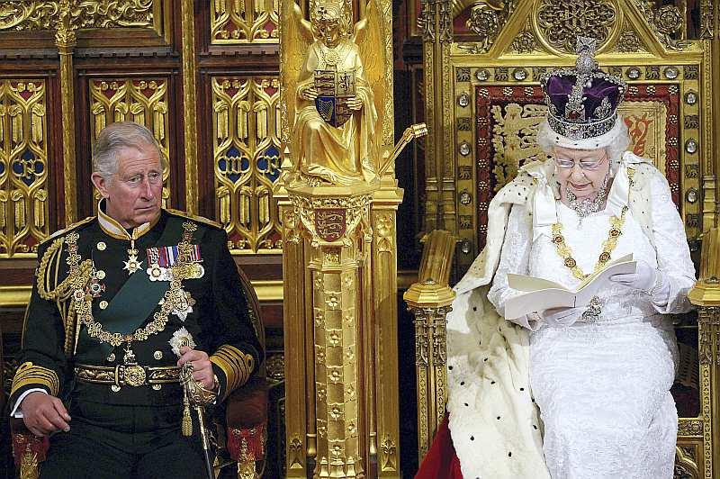 Karaliene Elizabete II ar tradicionālo troņa runu, kurā noteikti valdības galvenie uzdevumi, šā gada jūnijā Vestminsteras pilī atklāj britu parlamenta kārtējo sesiju, Velsas princim Čārlzam klātesot.
