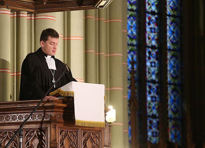 Mežaparka draudzes mācītājs Ilmārs Rubenis piedalās dievkalpojumā, pieminot pirms gada Zolitūdes traģēdijā bojāgājušos un cietušos Rīgas Vecajā Svētās Ģertrūdes evaņģēliski luteriskajā baznīcā.