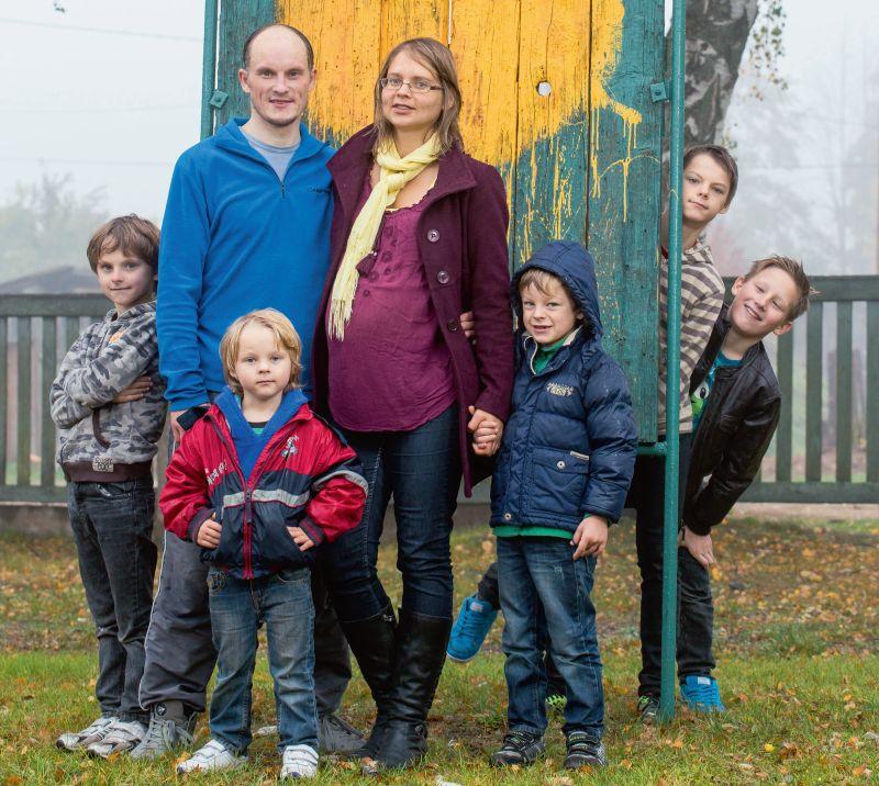 Rodertu ģimene oktobra vidū, vēl pirms sestās atvases piedzimšanas. No kreisās: Filips (9), tētis Ansis ar Artūru (4), mamma Jana, Arvils (6), aizmugurē – Ervins (13) un Kārlis (10).