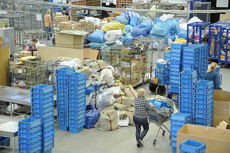 Pasta sūtījumu šķirošanas un pārbaudes darbs starptautiskajā šķirošanas centrā notiek bez pārtraukuma septiņas dienas nedēļā. Vislielākais sūtījumu pieplūdums ir sešos vakarā, kad no pasta nodaļām tiek saņemti klientu uzticētie sūtījumi.