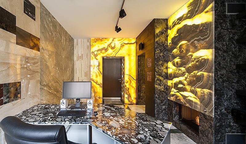 """SIA """"Agni"""" akmens ekspozīcijas telpā atrodas daudzu akmens šķirņu paraugi. Lieli un mazi, tos var apskatīt gan dienas gaismā, gan izgaismotus."""