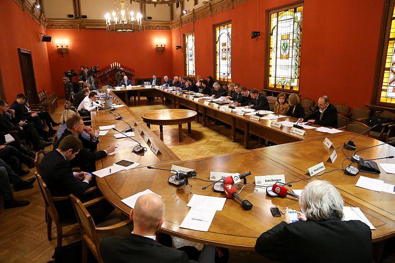 Notiek Zolitūdes traģēdijas parlamentārās izmeklēšanas komisijas sēde.