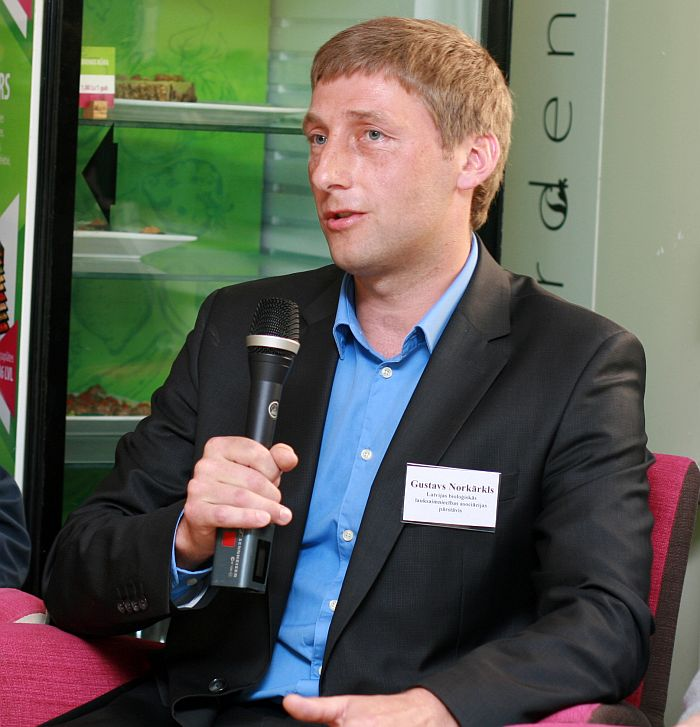 Attēlā Latvijas Bioloģiskās lauksaimniecības asociācijas valdes priekšsēdētājs Gustavs Norkārklis.