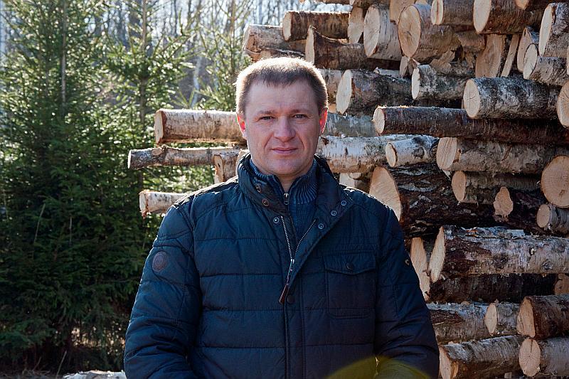 Uzņēmējs Māris Sinijs, kas Rēzeknes pusē nodarbojas ar kokmateriālu iepirkšanu un mežizstrādi, stāsta, ka Krievijas un arī Baltkrievijas mežizstrādātāji ļoti aktīvi meklē iespējas pārdot koksni Latvijā.