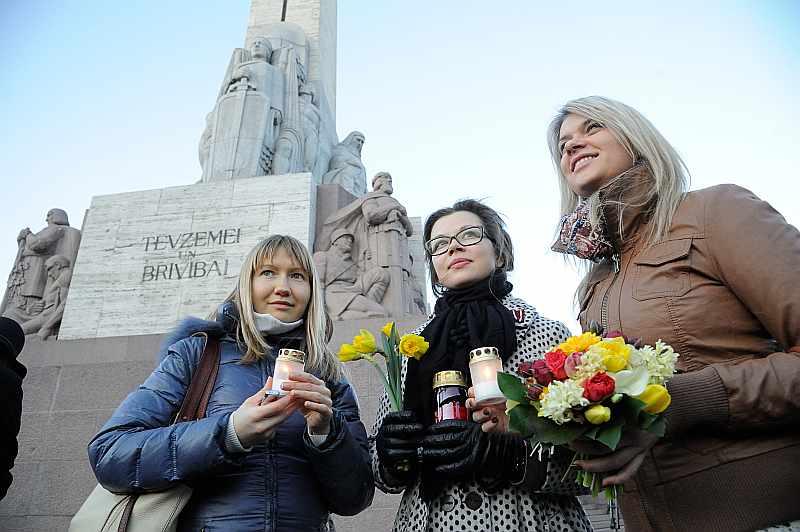 Jaunietes Ieva Pauļuka (no kreisās), Nora Grēniņa un Inese Laure vakar bija atnākušas pieminēt Latvijas Centrālās padomes memoranda parakstīšanas 71. gadadienu. Viņas LCP rīcībā saskata patriotismu un tautas spēku iestāties par neatkarīgu Latviju spiedīgos apstākļos.