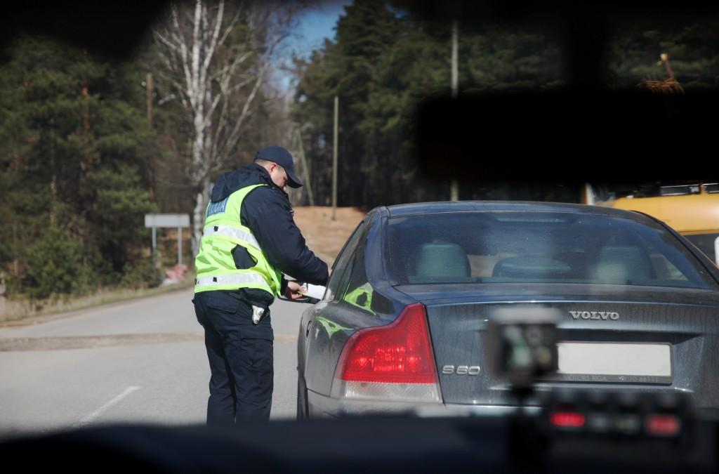Valsts policijas ekipāža kontrolē atļautā braukšanas ātruma ievērošanu pie Baltezera ātruma kontroles maratona laikā, kas Latvijā norisinās pirmo reizi.