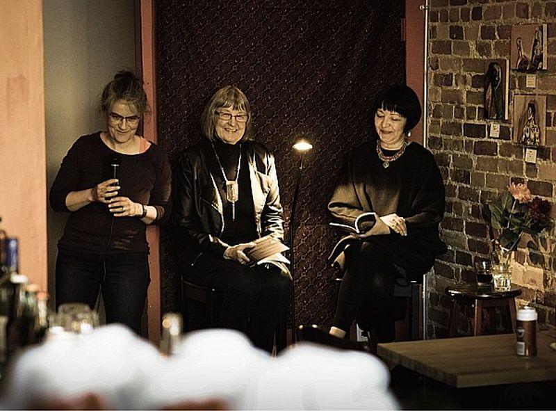 "Astrīda Ezergaile, Margita Gailīte un Liāna Langa lasījumos ""Black Cat Expresso Bar""."