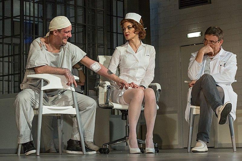 """Skats no Dailes teātra izrādes """"Kāds pārlaidās pār dzeguzes ligzdu"""""""