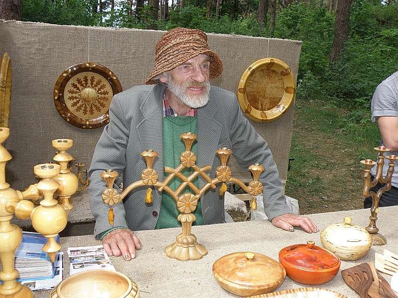 Meistars Pēteris Graudulis izstādē Brīvdabas muzejā.