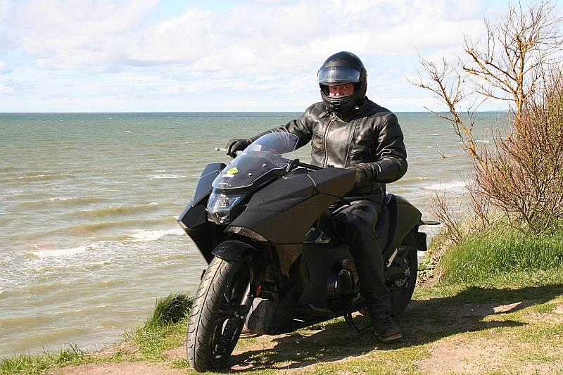 """Zvērināts čoperists Aldis Klešniks uz avangardiskā """"Honda Vultus NM4"""". Labi piestāv skarbajam Jūrkalnes jūras krastam."""
