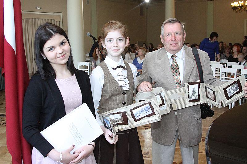 Daugavpils jaunā un pieredzējusī novadpētnieku paaudze – Anastasija Saveļjeva (no kreisās), Darja Čertova un Jurijs Čertovs.
