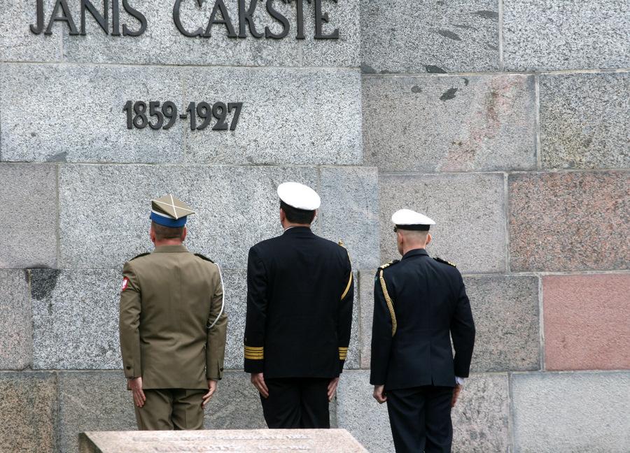 Pie Jāņa Čakstes pieminekļa Rīgas Otrajos Meža kapos notiek ziedu nolikšanas ceremonija par godu Satversmes sapulces sasaukšanas 95.gadadienai.