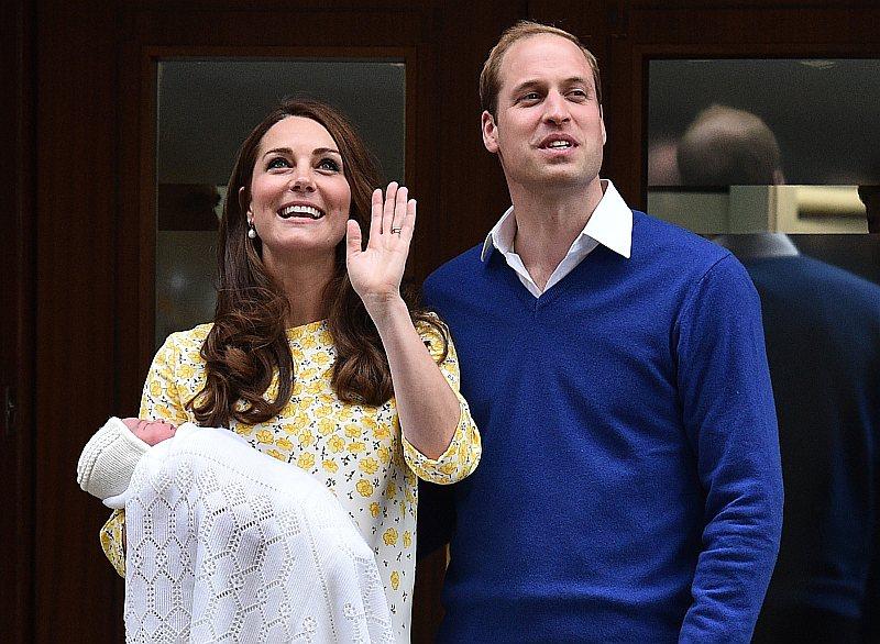 Londonā pie Svētās Marijas slimnīcas durvīm Kembridžas hercogs Viljams un hercogiene Keita savu jaundzimušo meitu plašākai sabiedrībai parādīja jau desmit stundas pēc bērna nākšanas pasaulē.