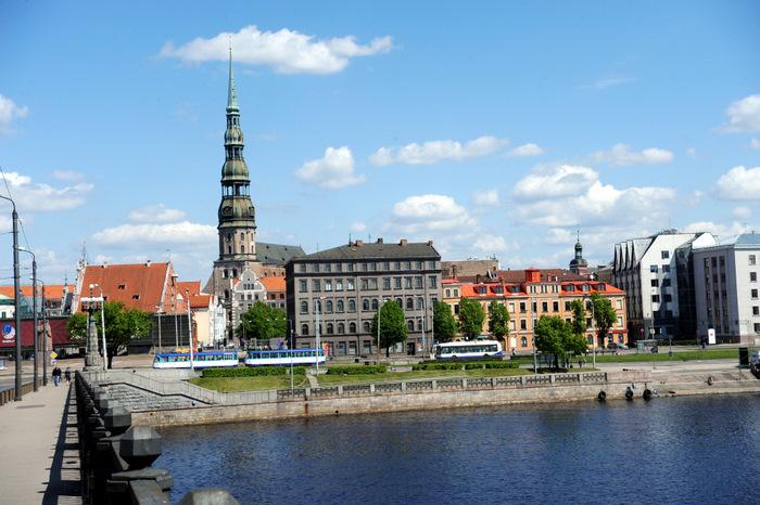Skats uz Vecrīgu un Daugavu no Akmens tilta.