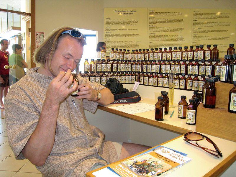 Georgs Celitāns, apgūstot smaržu kompozīcijas mākslu kādā no Francijas parfimērijas rūpnīcām.