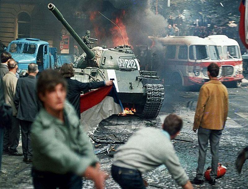 1968. gada augustā Čehoslovākijas galvaspilsētas Prāgas iedzīvotāju mēģinājumi apturēt pilsētā iebraukušos padomju tankus beidzās traģiski – iebrukumā dzīvību zaudēja aptuveni simts cilvēku.