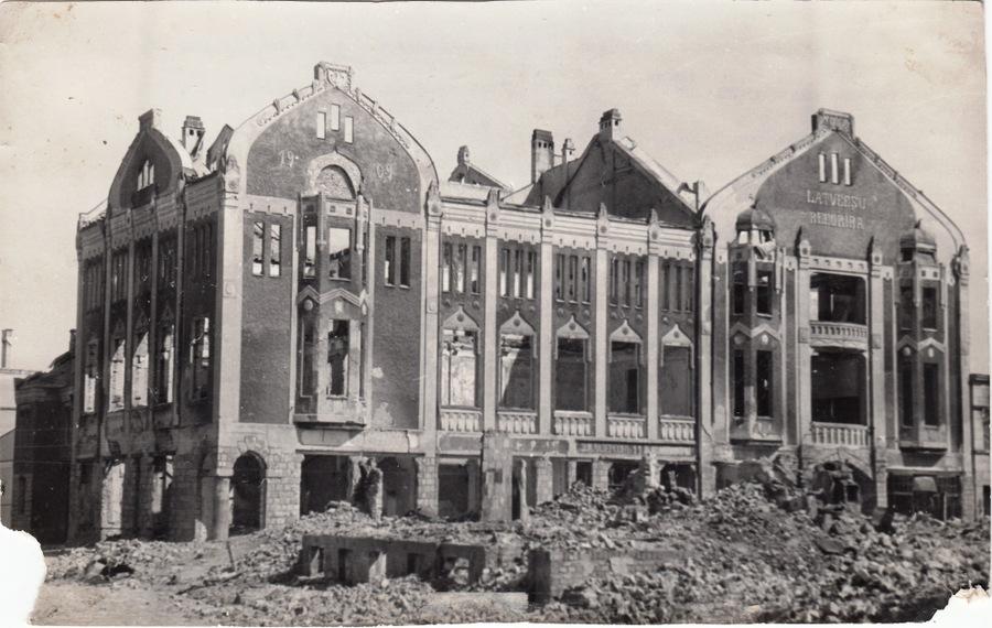 Izpostītā Jelgavas Latviešu biedrības ēka. 1944./45. gads.