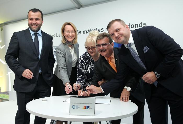 """AS """"ABLV Bank"""" izpilddirektors Ernests Bernis (no kreisās), kultūras ministre Dace Melbārde, mecenāti Ināra un Boriss Teterevi un AS """"ABLV Bank"""" padomes priekšsēdētājs Oļegs Fiļs piedalās pasākumā, kura laikā tika parakstīts nodomu protokols par Latvijas Laikmetīgās mākslas muzeja būvniecības ieceres īstenošanu 2015. gada augustā."""