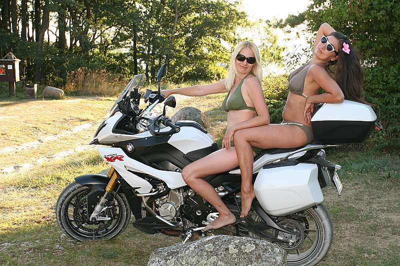 """""""BMW S1000XR"""" Ziemupē pie jūras kopā ar Zani (no kreisās) un Irīnu."""