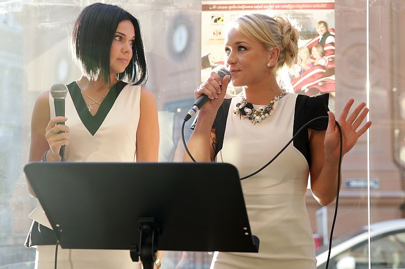 Dziedātājas Samanta Tīna (no kreisās) un Aija Andrejeva.