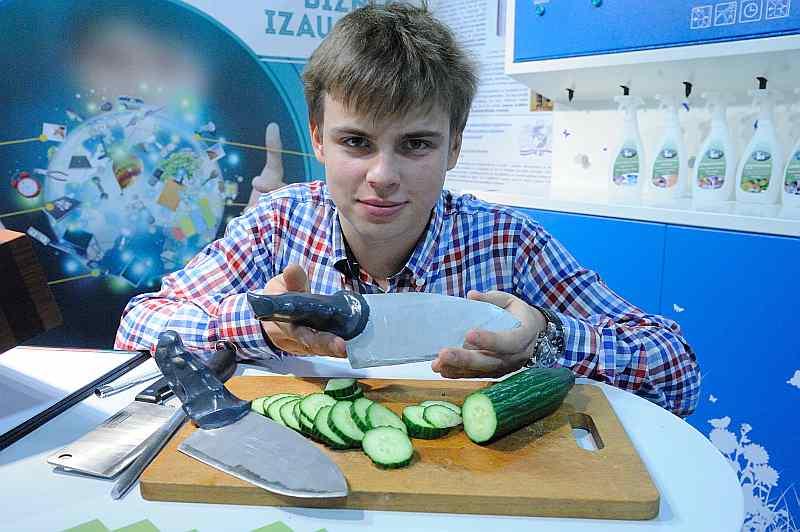 Rīgas Tehniskās universitātes students Edgars Viziņš izveidojis naža spalu, kas padara ražīgāku un ērtāku pavāru un mājsaimnieču darbu.